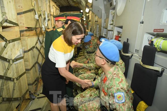Cận cảnh vận tải cơ C-17A chở bác sĩ mũ nồi xanh Việt Nam sang Nam Sudan - ảnh 4