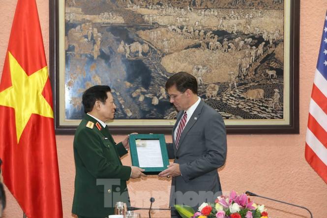 Bộ trưởng Quốc phòng Việt - Mỹ trao đổi hiện vật chiến tranh - ảnh 1
