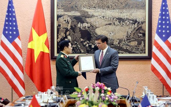 Bộ trưởng Quốc phòng Việt - Mỹ trao đổi hiện vật chiến tranh - ảnh 2