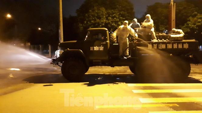 Bộ Tư lệnh Thủ đô tiêu độc ổ dịch Hạ Lôi trong đêm - ảnh 1