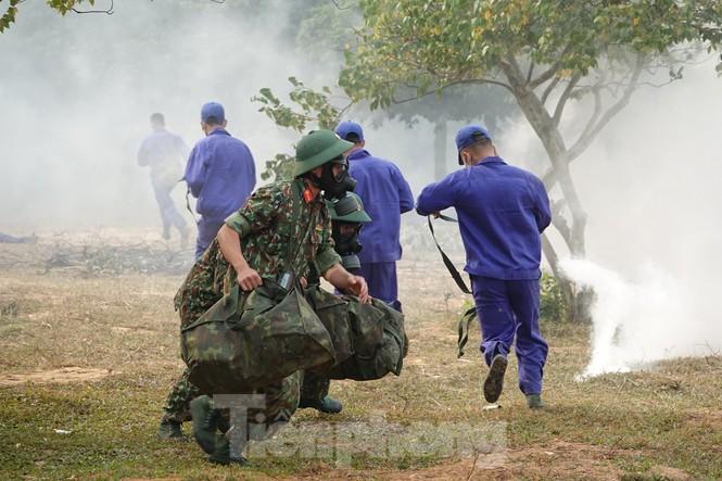 Quân đội diễn tập phòng thủ dân sự liên tỉnh ứng phó sự cố môi trường - ảnh 9