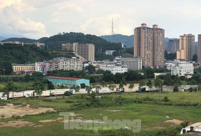 Trung Quốc dùng máy soi hàng, hàng trăm xe container Thanh Long ùn ứ ở cửa khẩu - ảnh 6