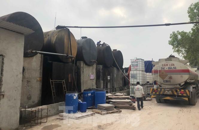Tận thấy nơi chứa dầu thải đổ vào nguồn nước sạch sông Đà - ảnh 10
