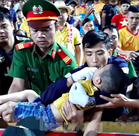 Khen thưởng chiến sỹ chịu đau cứu cháu bé được cư dân mạng tôn vinh - ảnh 2