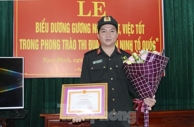 Khen thưởng chiến sỹ chịu đau cứu cháu bé được cư dân mạng tôn vinh - ảnh 3