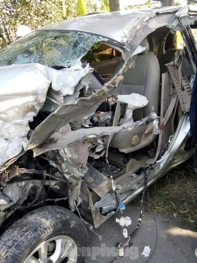 Xe tải và xe con đâm trực diện, 6 người bị thương - ảnh 1
