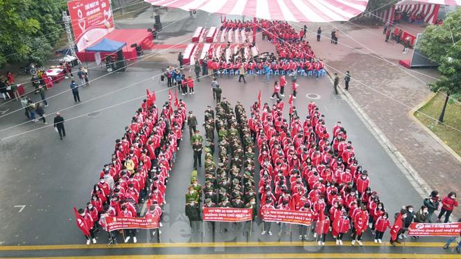 Sinh viên Đại học Bách khoa trước giờ khai hội Chủ nhật Đỏ - ảnh 13