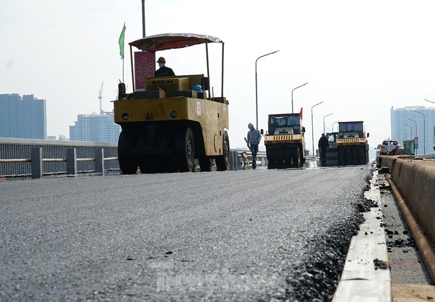 Cận cảnh 'đại công trường' sửa chữa mặt cầu Thăng Long trước ngày thông xe - ảnh 10