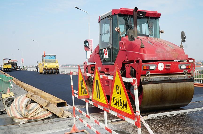 Cận cảnh 'đại công trường' sửa chữa mặt cầu Thăng Long trước ngày thông xe - ảnh 11