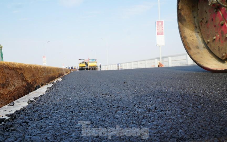 Cận cảnh 'đại công trường' sửa chữa mặt cầu Thăng Long trước ngày thông xe - ảnh 12
