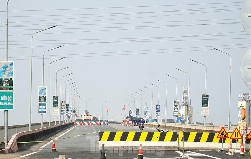 Cận cảnh 'đại công trường' sửa chữa mặt cầu Thăng Long trước ngày thông xe - ảnh 14