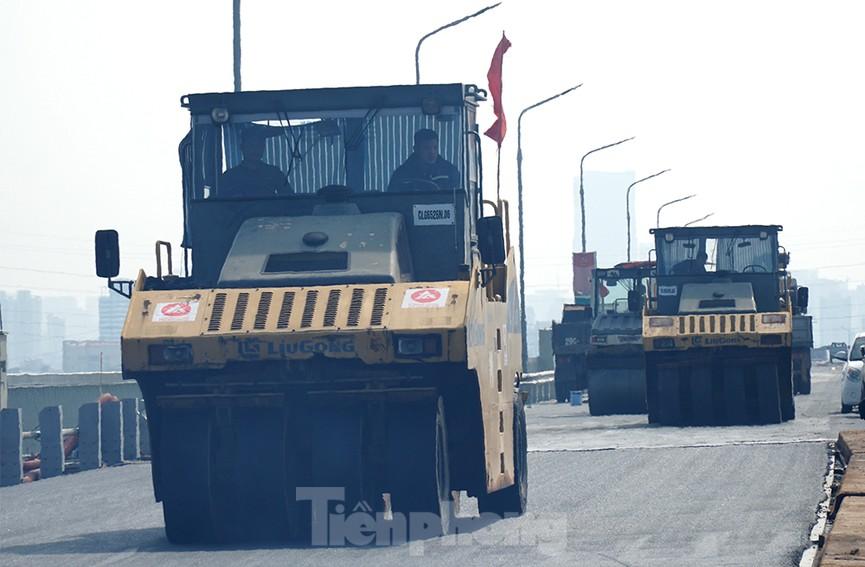 Cận cảnh 'đại công trường' sửa chữa mặt cầu Thăng Long trước ngày thông xe - ảnh 2