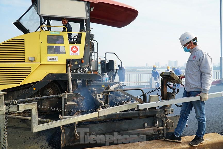 Cận cảnh 'đại công trường' sửa chữa mặt cầu Thăng Long trước ngày thông xe - ảnh 3