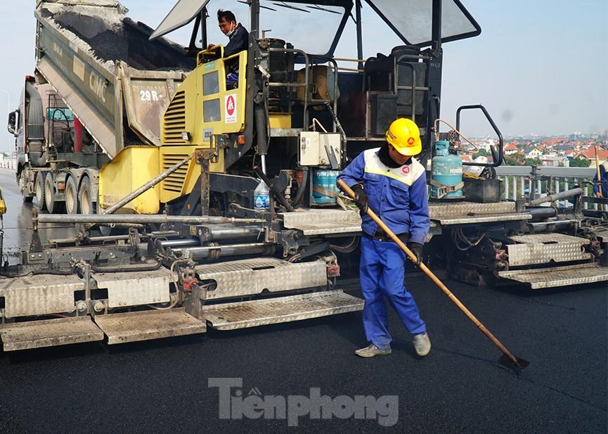 Cận cảnh 'đại công trường' sửa chữa mặt cầu Thăng Long trước ngày thông xe - ảnh 4