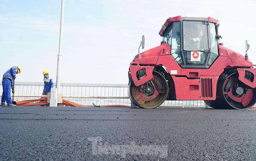 Cận cảnh 'đại công trường' sửa chữa mặt cầu Thăng Long trước ngày thông xe - ảnh 9