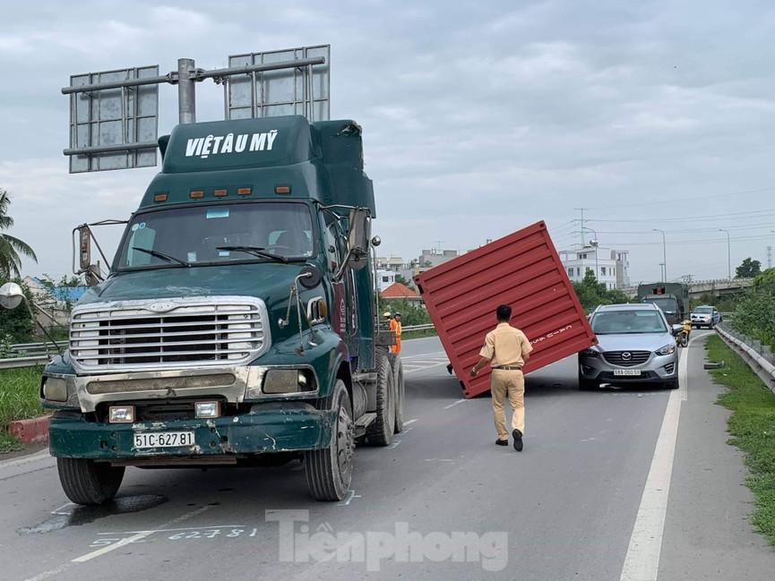 Ớn lạnh 'hung thần' container tung hoành trên đường phố Sài Gòn - ảnh 3