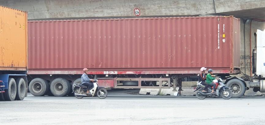 Ớn lạnh 'hung thần' container tung hoành trên đường phố Sài Gòn - ảnh 4