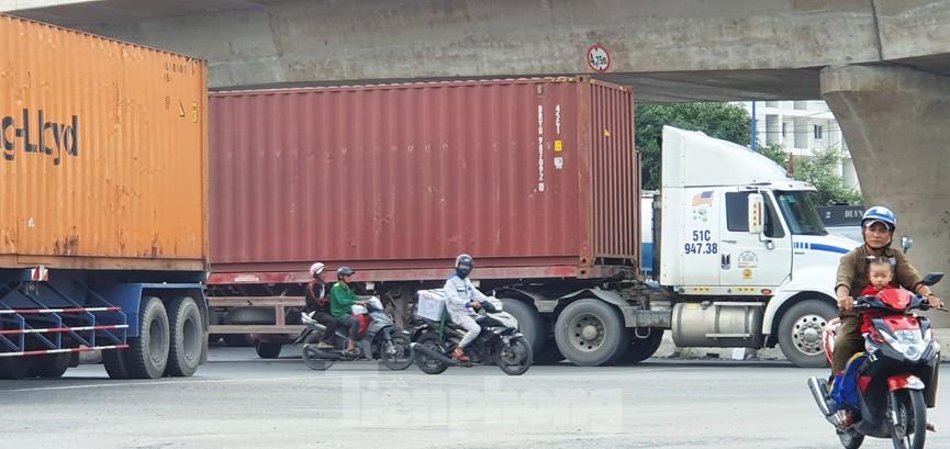 Ớn lạnh 'hung thần' container tung hoành trên đường phố Sài Gòn - ảnh 5