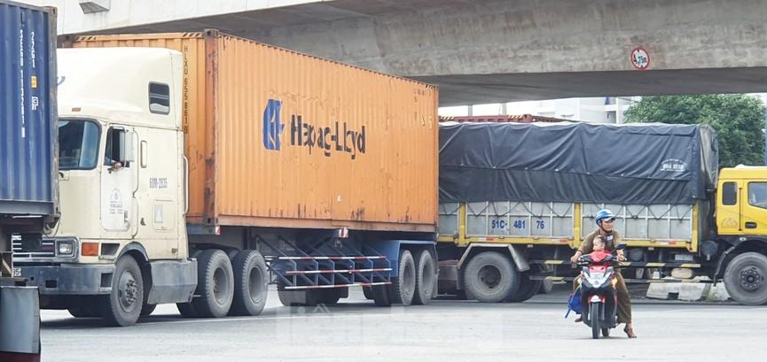 Ớn lạnh 'hung thần' container tung hoành trên đường phố Sài Gòn - ảnh 13