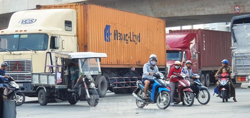 Ớn lạnh 'hung thần' container tung hoành trên đường phố Sài Gòn - ảnh 11