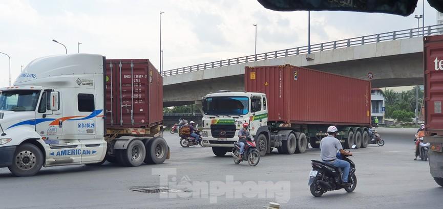 Ớn lạnh 'hung thần' container tung hoành trên đường phố Sài Gòn - ảnh 8