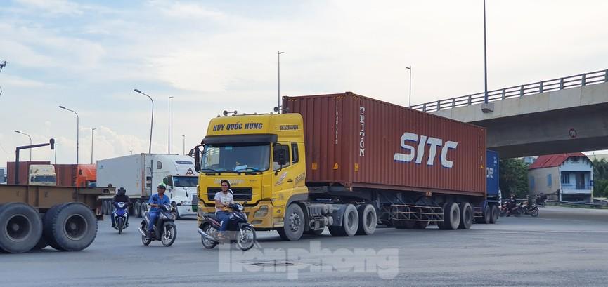 Ớn lạnh 'hung thần' container tung hoành trên đường phố Sài Gòn - ảnh 9