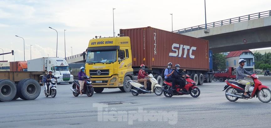 Ớn lạnh 'hung thần' container tung hoành trên đường phố Sài Gòn - ảnh 10