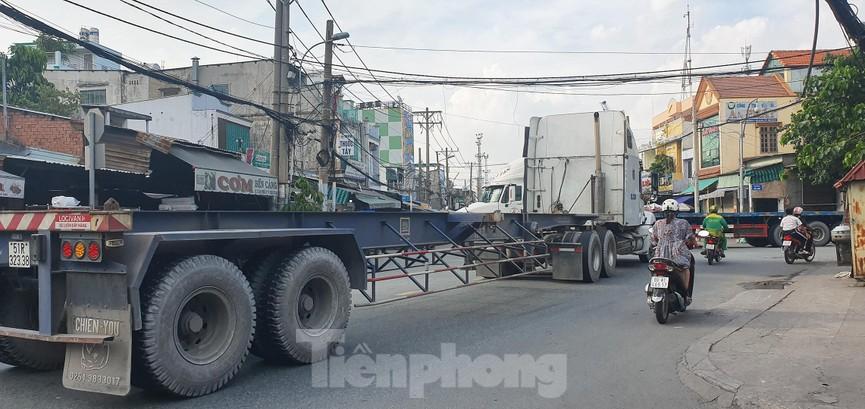 Ớn lạnh 'hung thần' container tung hoành trên đường phố Sài Gòn - ảnh 15