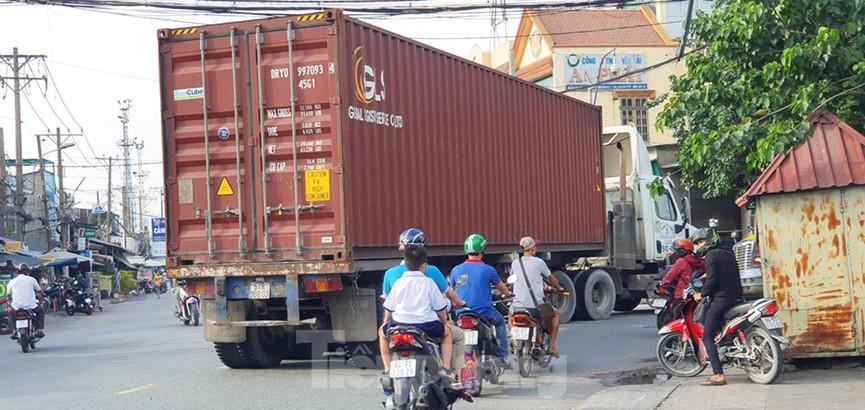 Ớn lạnh 'hung thần' container tung hoành trên đường phố Sài Gòn - ảnh 14
