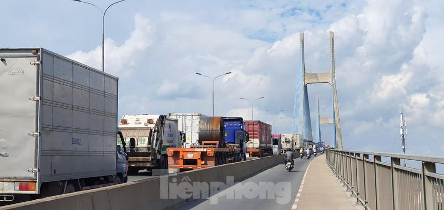 Ớn lạnh 'hung thần' container tung hoành trên đường phố Sài Gòn - ảnh 19