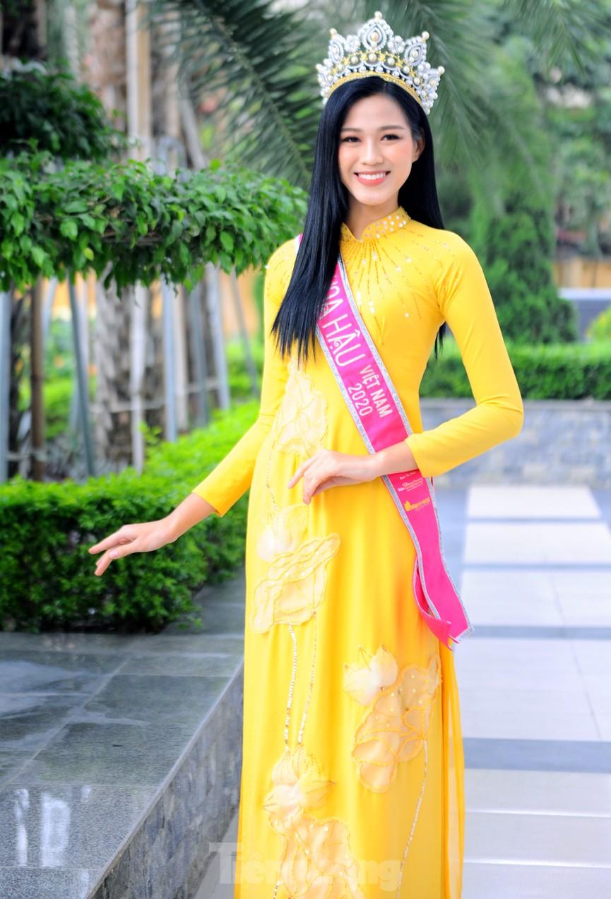 Hoa hậu Đỗ Thị Hà trở lại trường đại học với tà áo dài duyên dáng - ảnh 6