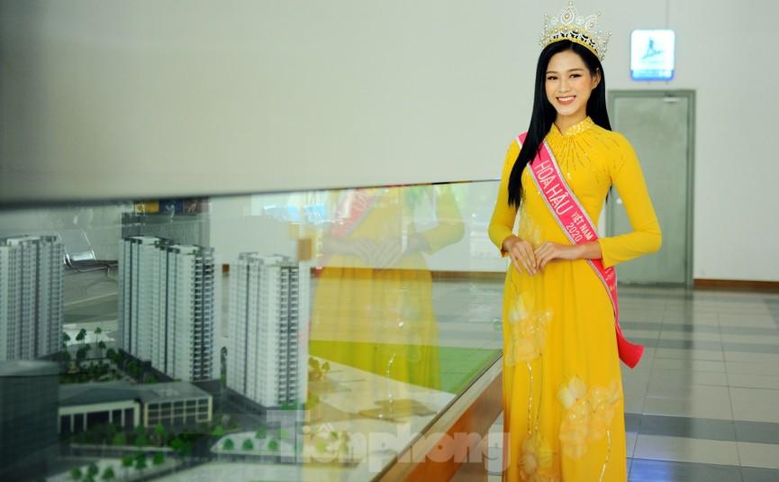 Hoa hậu Đỗ Thị Hà trở lại trường đại học với tà áo dài duyên dáng - ảnh 1