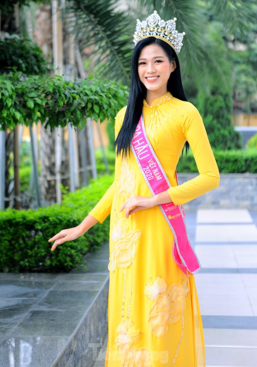 Hoa hậu Đỗ Thị Hà trở lại trường đại học với tà áo dài duyên dáng - ảnh 4