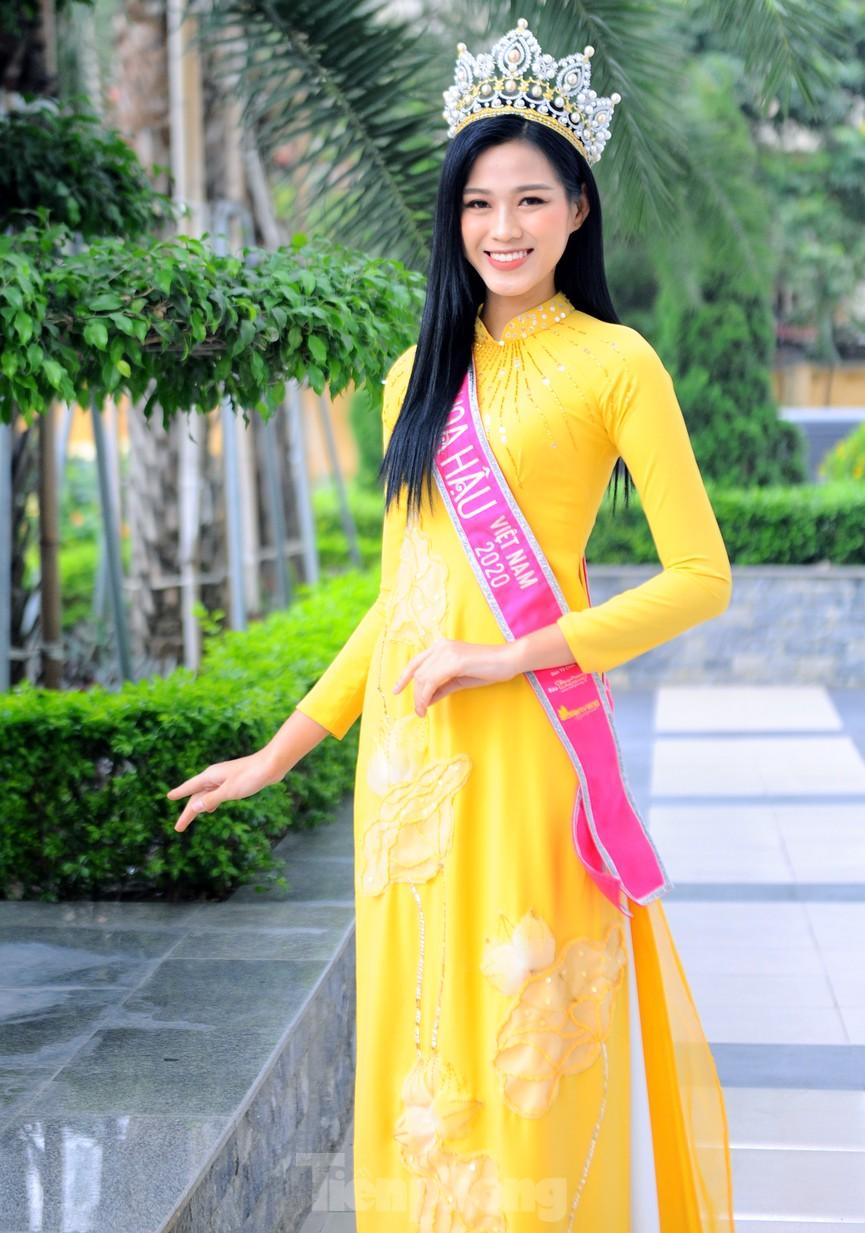 Hoa hậu Đỗ Thị Hà trở lại trường đại học với tà áo dài duyên dáng - ảnh 3