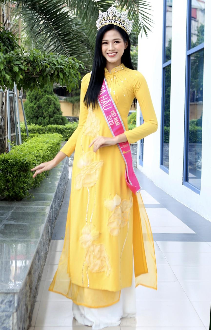Hoa hậu Đỗ Thị Hà trở lại trường đại học với tà áo dài duyên dáng - ảnh 7