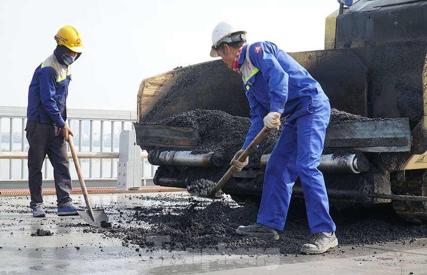 Cận cảnh 'đại công trường' sửa chữa mặt cầu Thăng Long trước ngày thông xe - ảnh 1
