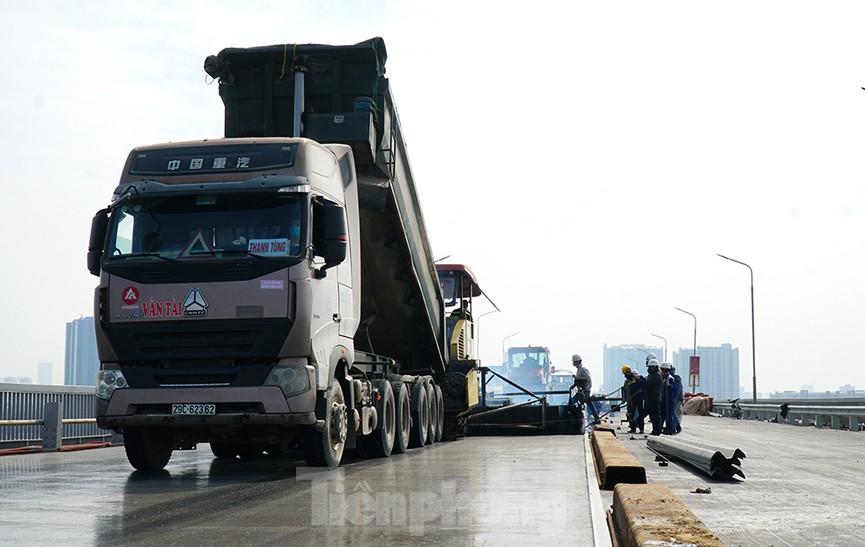 Cận cảnh 'đại công trường' sửa chữa mặt cầu Thăng Long trước ngày thông xe - ảnh 6