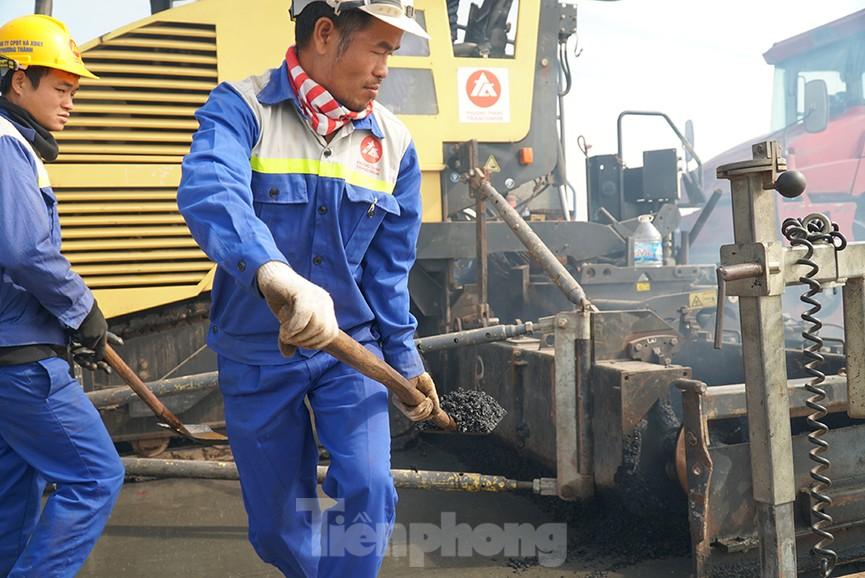 Cận cảnh 'đại công trường' sửa chữa mặt cầu Thăng Long trước ngày thông xe - ảnh 7