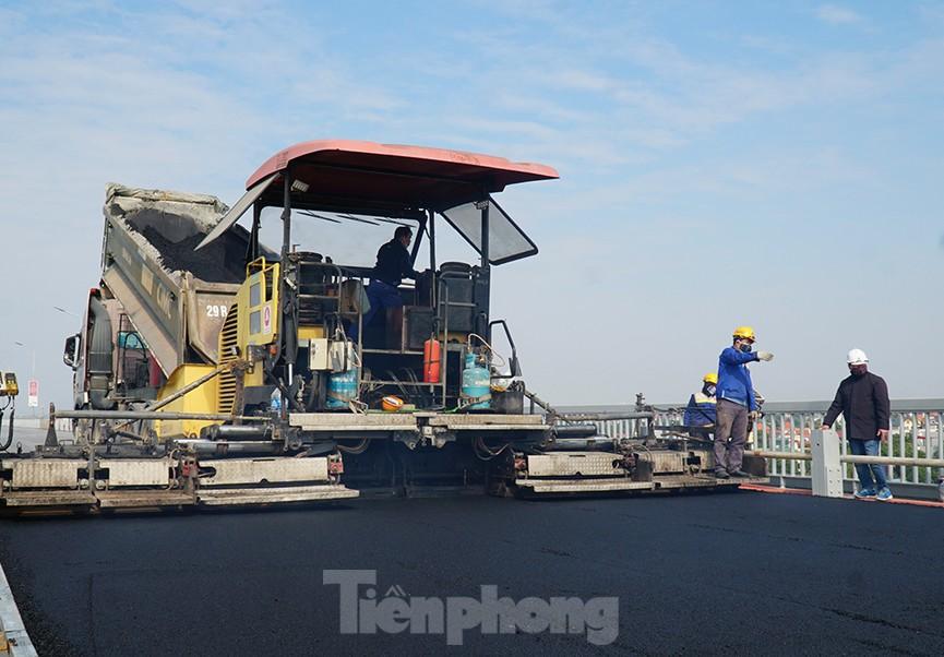 Cận cảnh 'đại công trường' sửa chữa mặt cầu Thăng Long trước ngày thông xe - ảnh 8