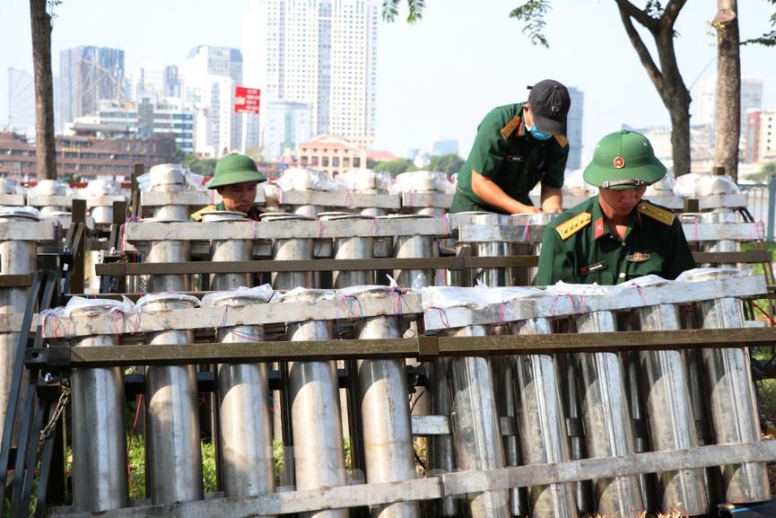 Trận địa pháo hoa trước giờ khai hoả đón năm mới ở Sài Gòn - ảnh 2