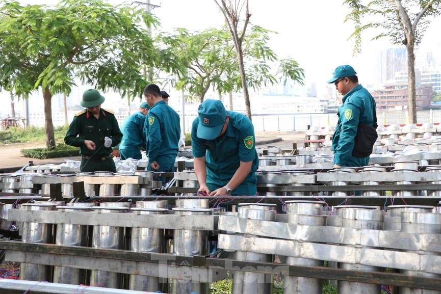 Trận địa pháo hoa trước giờ khai hoả đón năm mới ở Sài Gòn - ảnh 3