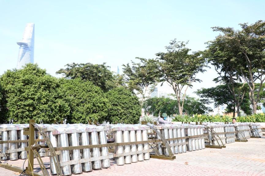 Trận địa pháo hoa trước giờ khai hoả đón năm mới ở Sài Gòn - ảnh 6
