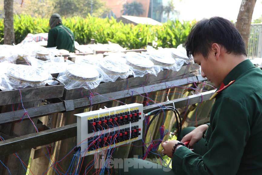 Trận địa pháo hoa trước giờ khai hoả đón năm mới ở Sài Gòn - ảnh 9