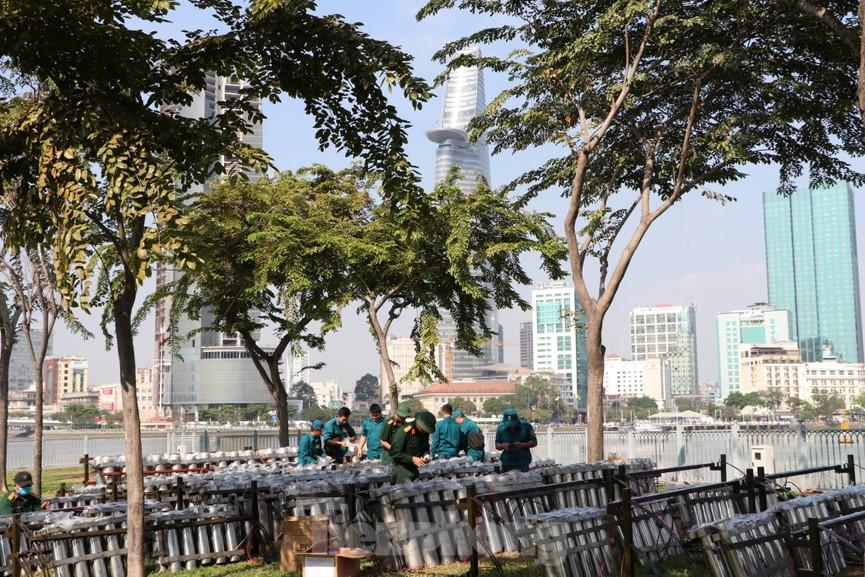 Trận địa pháo hoa trước giờ khai hoả đón năm mới ở Sài Gòn - ảnh 10