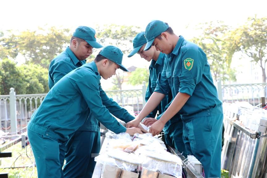 Trận địa pháo hoa trước giờ khai hoả đón năm mới ở Sài Gòn - ảnh 15