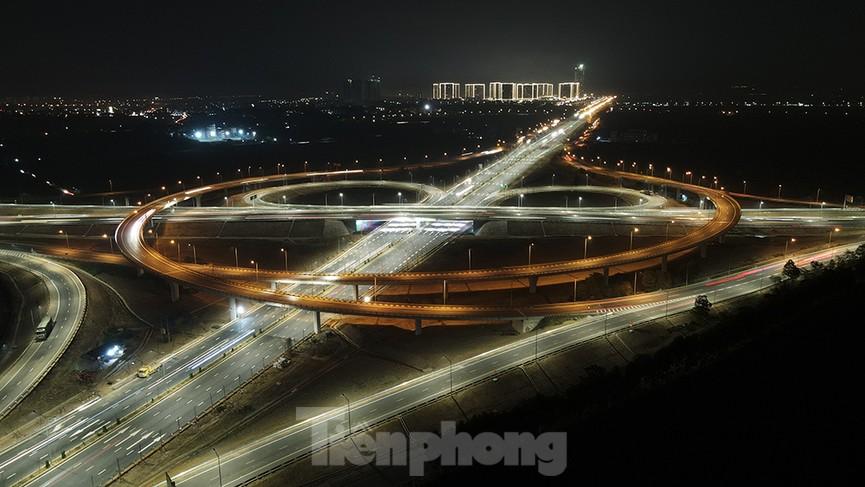 Mãn nhãn với cầu vượt 'trăm tỷ' ở Thủ đô lung linh trong đêm  - ảnh 1