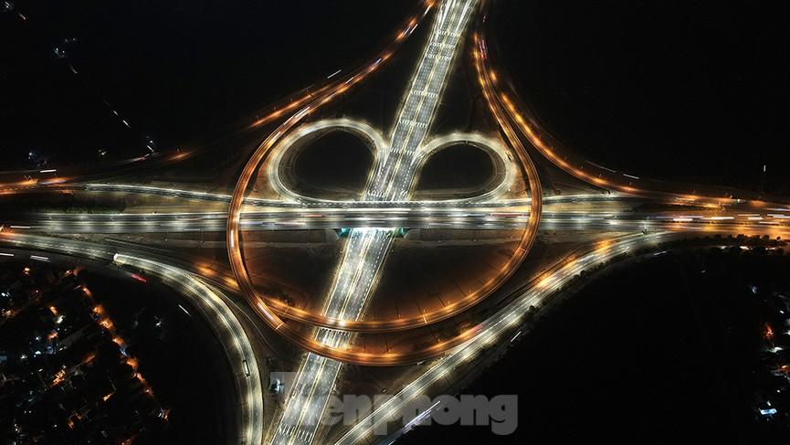 Mãn nhãn với cầu vượt 'trăm tỷ' ở Thủ đô lung linh trong đêm  - ảnh 2