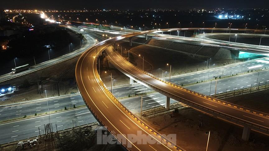 Mãn nhãn với cầu vượt 'trăm tỷ' ở Thủ đô lung linh trong đêm  - ảnh 4