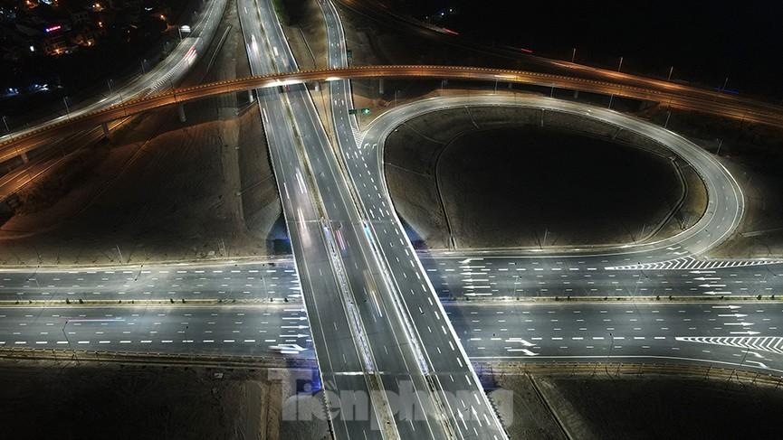 Mãn nhãn với cầu vượt 'trăm tỷ' ở Thủ đô lung linh trong đêm  - ảnh 9