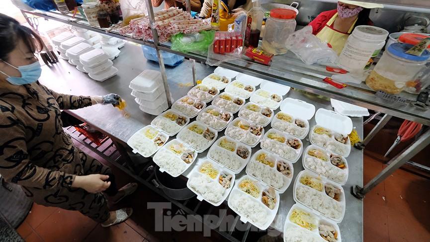 Nhìn gần nơi cung cấp hàng trăm suất ăn cho học sinh cách ly tại Hải Dương - Ảnh 3.